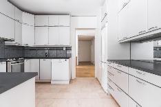 Näkymää ruokailutilasta keittiön läpi eteisaulaan