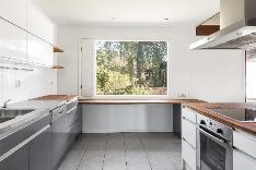 Ikkunallinen keittiö saarekkeella