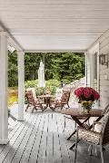Taloa ympäröi suuret amerikkalaistyyliset terassit.