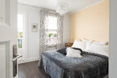 Master bedroom, josta käynti parvekkeelle.