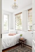 Yläkerran pieni makuuhuone sopii moneen käyttöön.