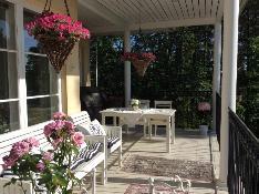 Olohuoneen ja keittiön edustalla oleva iso katettu parveke