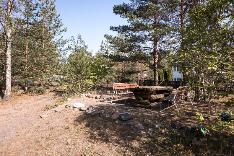 Pihalta löytyy myös asukkaiden käyttöön varattu grillauspaikka kalusteineen.