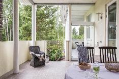 Saunasta on muutama askel katetulle suojaisalle terassille, joka toimii myös kesäkeittiönä.