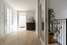 Yläkerran aulan kautta on kulku makuuhuoneisiin. Portaikon yläpäässä on liukuovet.