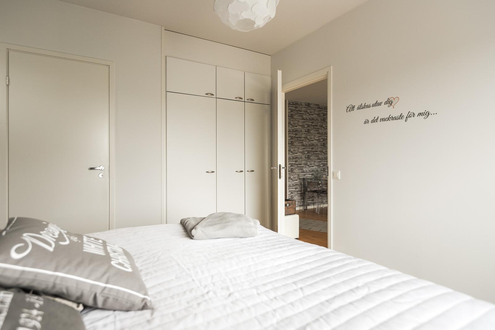 Master bedroomissa erillinen tilava vaatehuone title=
