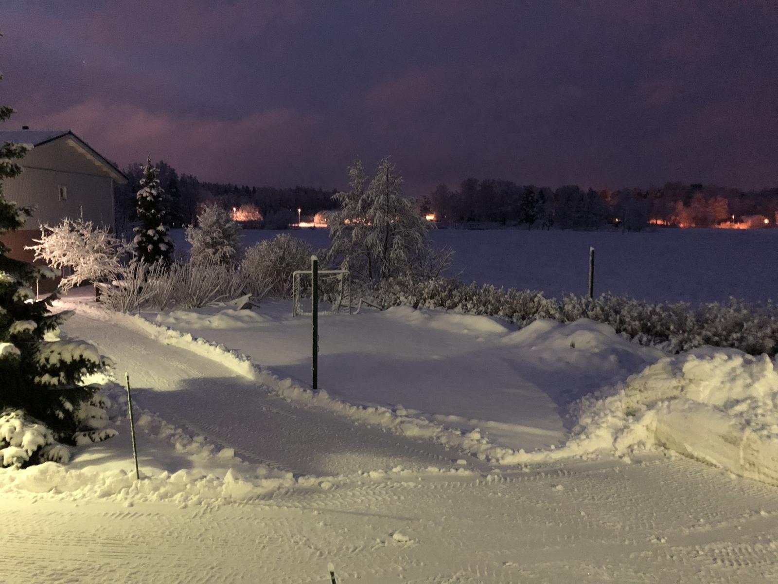 Kaunis iltamaisema taloyhtiön leikkikentältä pellon suuntaan. title=