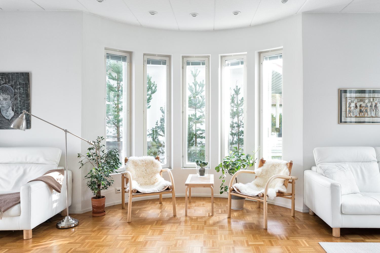 Kaunis olohuoneen puolipyöreä erkkeri