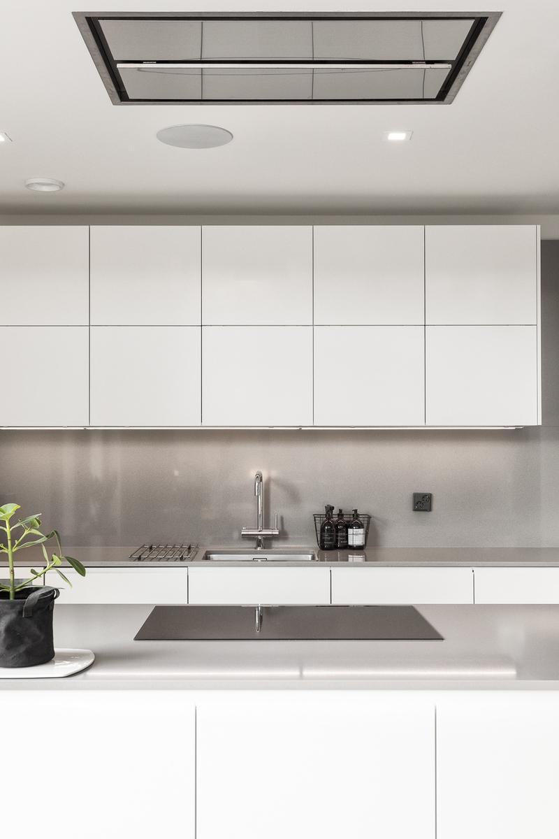Toimiva ja tyylikäs Nixi -keittiö, jossa mm. integroidut koneet ja viinikaappi. title=