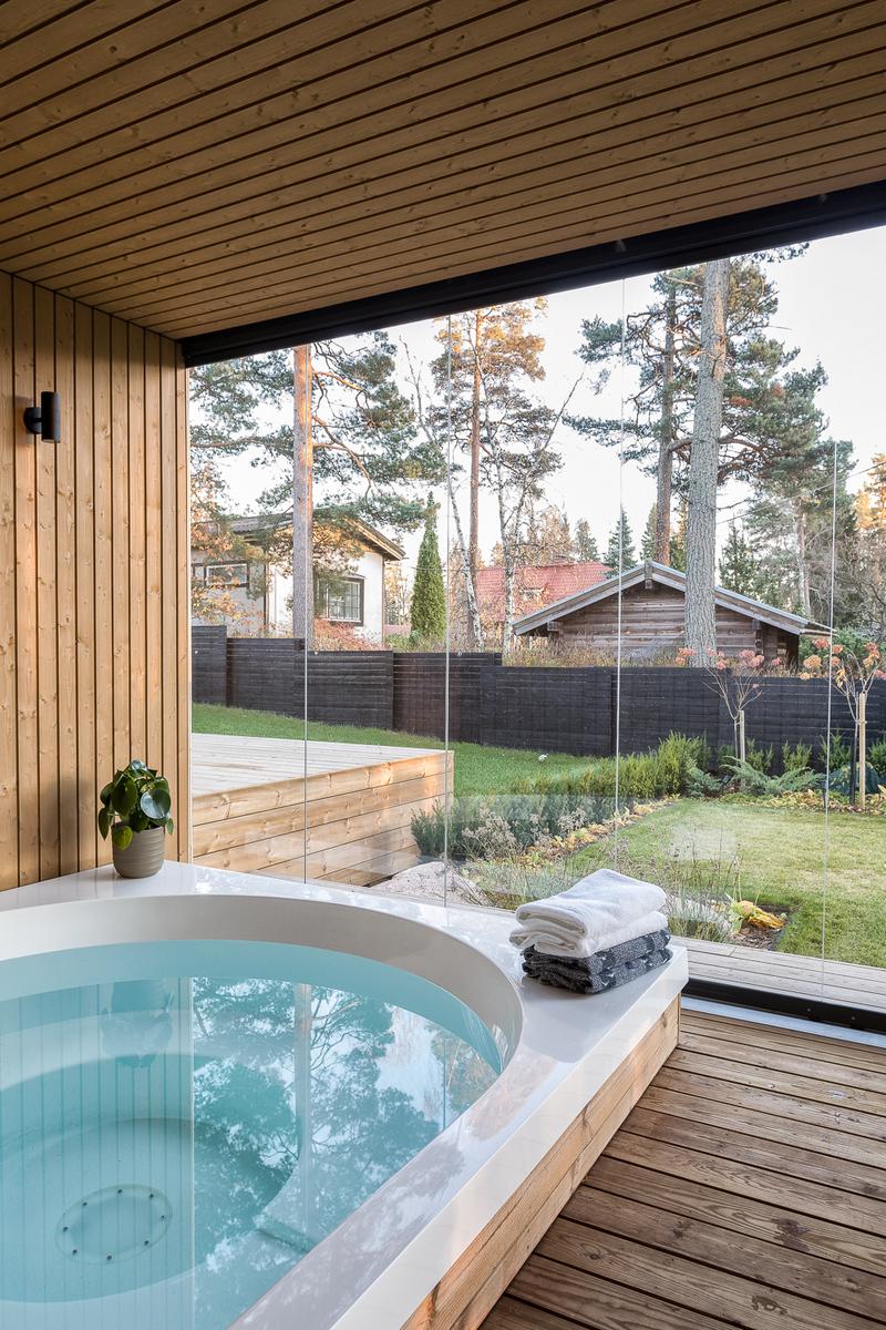 Lämpiävä ja valaistu Drop -palju, johon voi pulahtaa saunasta ympäri vuoden.        title=