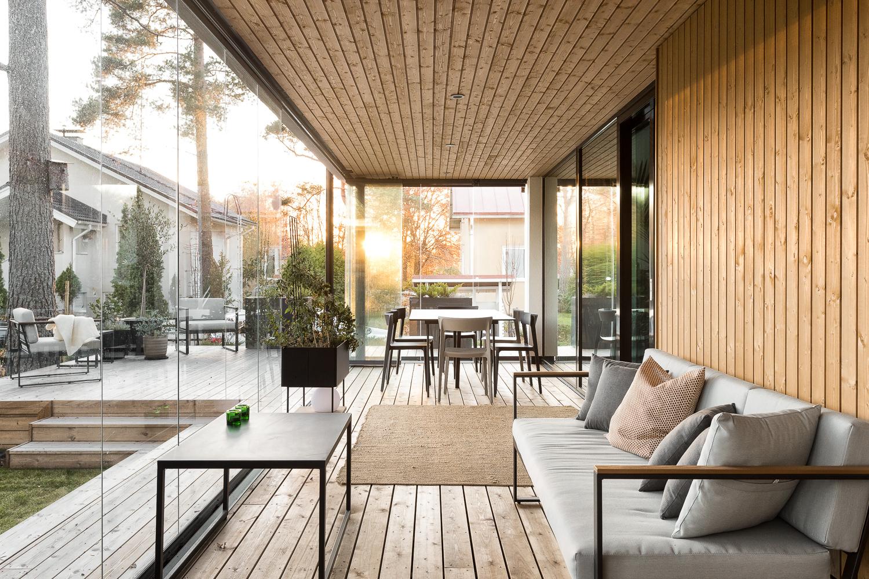 Laajat lasitetetut tilat patiolla yhdistyvät liukuovella sisätiloihin. title=