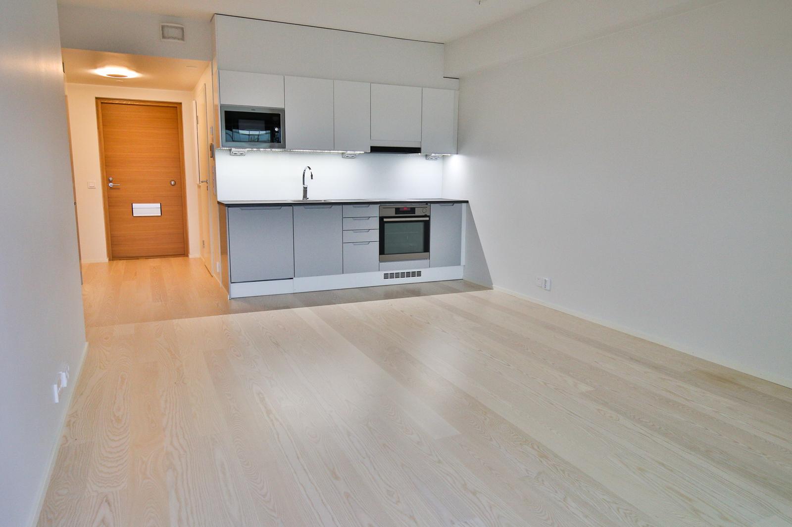 Asunnon lattia on kaunista valkokuulto saarniparkettia. title=