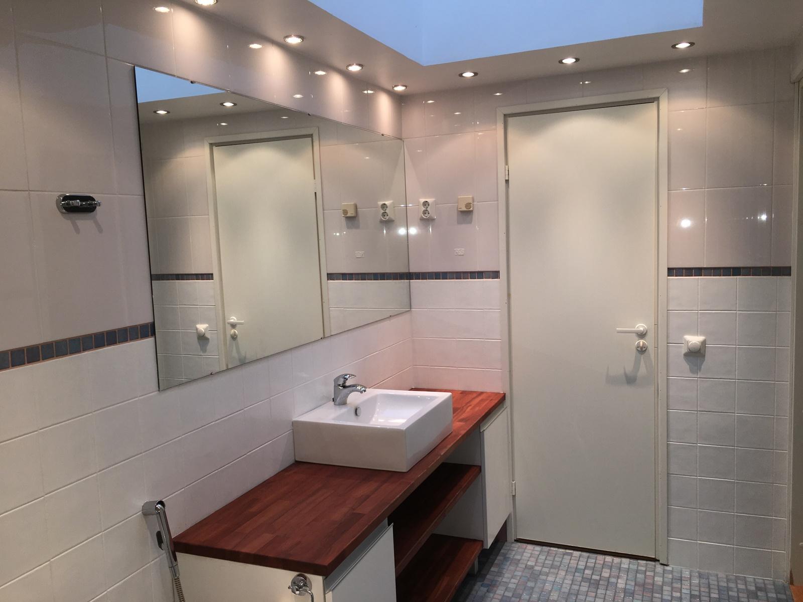 Kylpyhuone kattoikkunalla title=