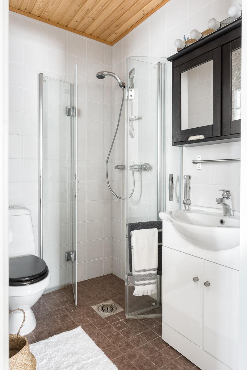 Yläkerran kylpyhuoneessa on suihku. title=