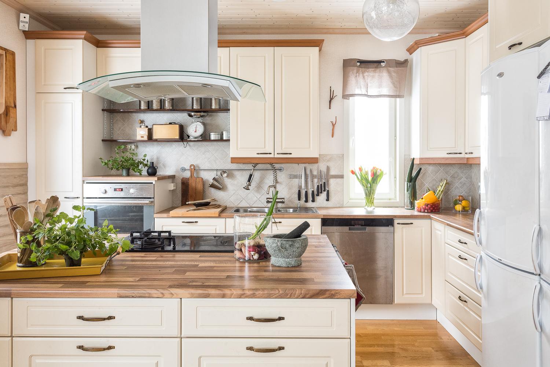 Keittiössä on erinomaiset työskentelytilat ja kaasu/induktioliesiyhdistelmä. title=