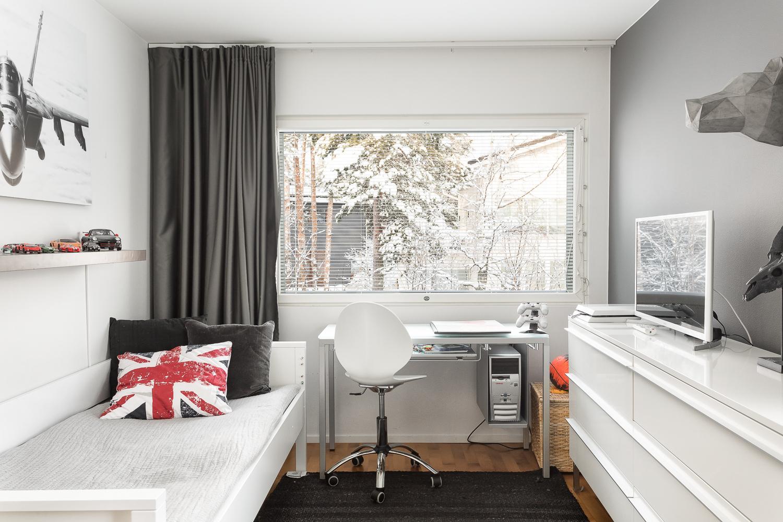 Makuuhuone, jossa ikkunat kahteen ilmansuuntaan, toinen on ranskalainen parveke title=