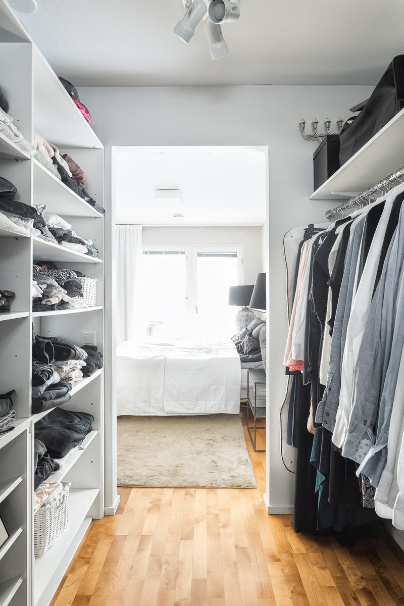 Master bedroomin walk in vaatehuone, josta myös käynti käyttöullakolle title=