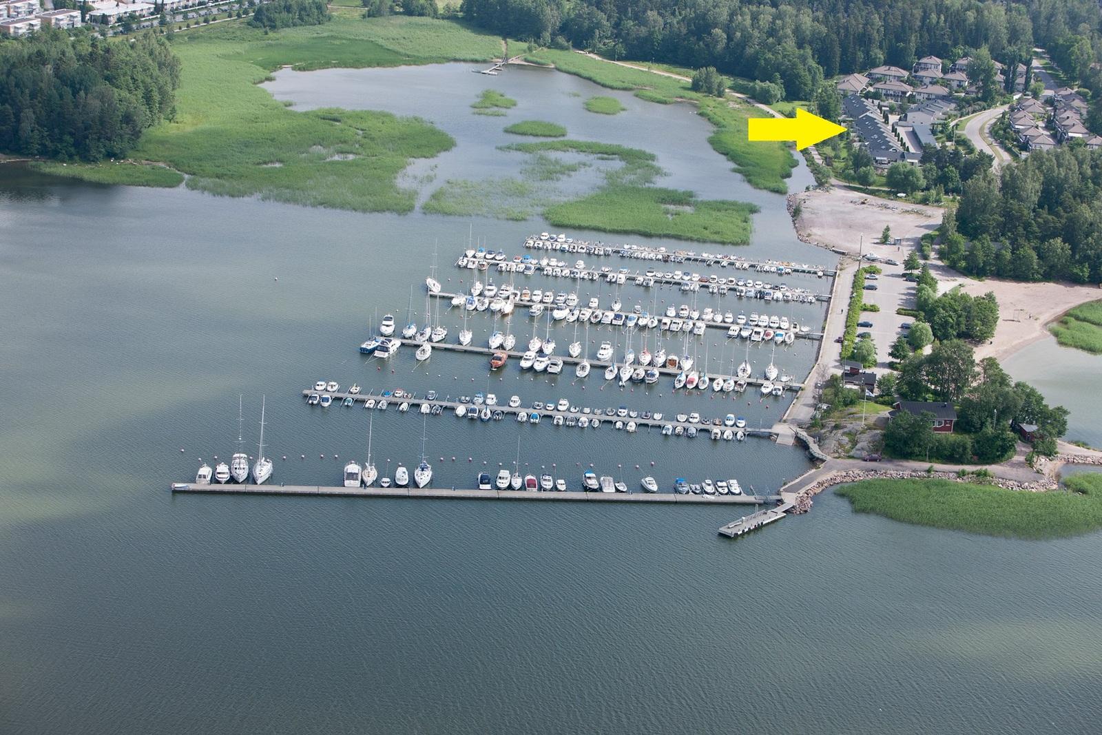 Ilmakuva asunnon merellisestä sijainnista ja viereisestä Klobbenin venesatamasta ja uimarannasta. title=