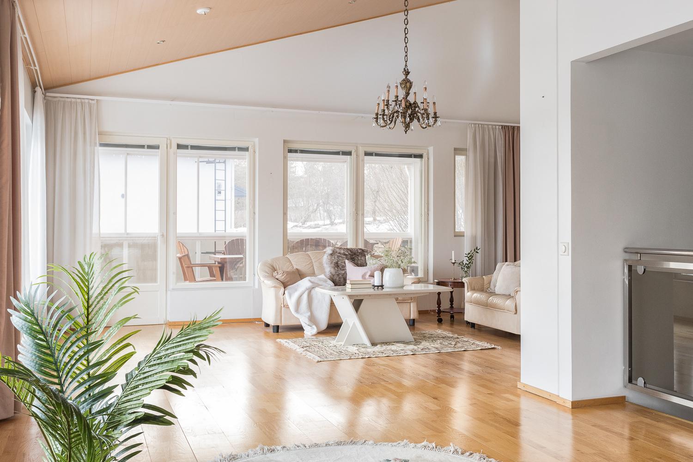 Avarasta ja tilavasta olohuoneesta on käynti lasitetulle terassille. title=