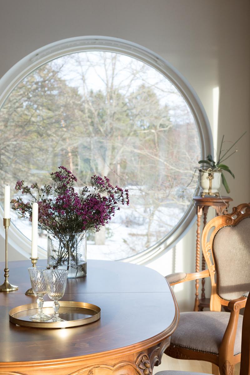 Ruokailutilan kaunis pyöreä ikkuna lumoaa. title=