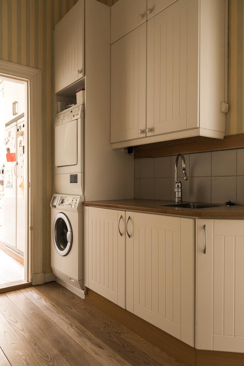 Apukeittiössä on pyykinpesukone, kuivausrumpu sekä kaappitilaa. title=