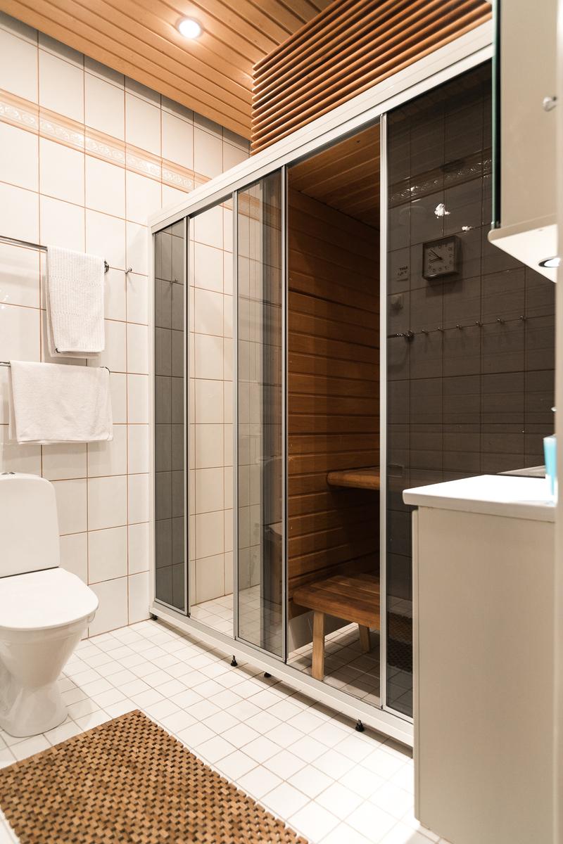 Ensimmäisessä kph:ssa on sauna, jossa on sähkösauna- ja höyrysaunatoiminnot sekä wc. title=