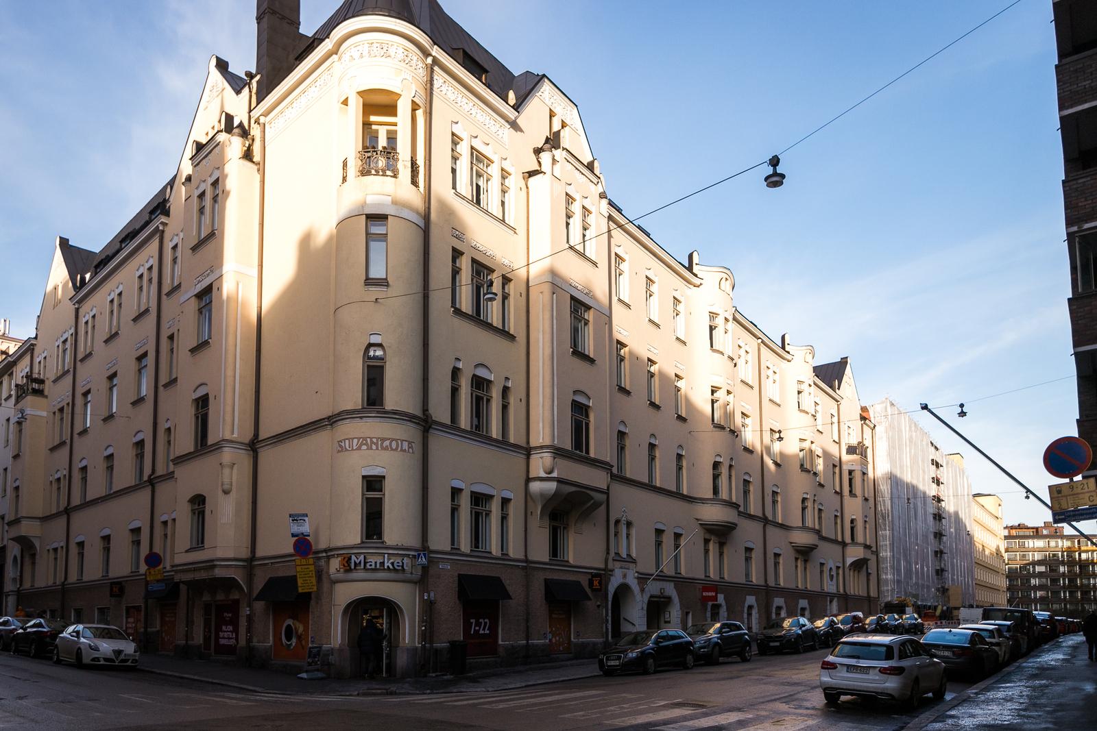 Kaunis jugend- talo sijaitsee rauhallisessa Ullanlinnassa.
