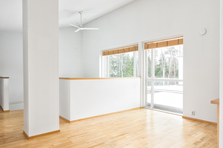 Yläkerran aula soveltuu myös tarvittaessa työtilaksi tai makuuhuoneeksi title=