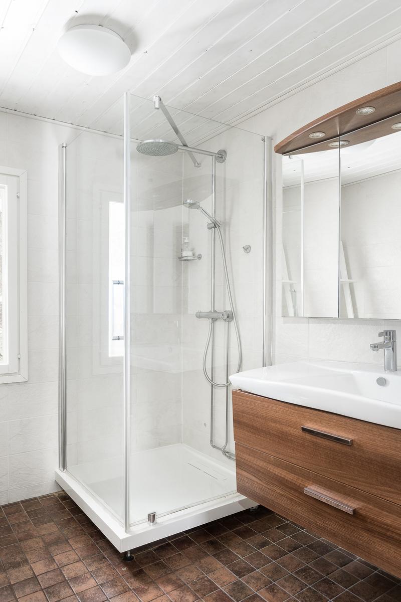 Päämakuuhuoneen yhteydessä on kylpyhuone title=