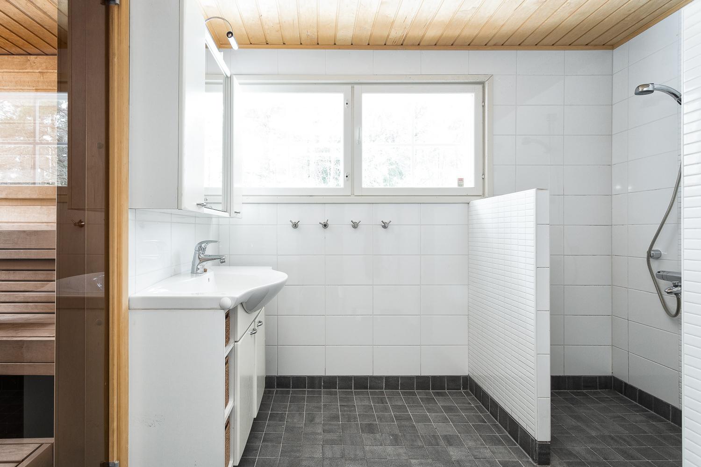 Pesuhuoneessa on tilaa peseytyä title=