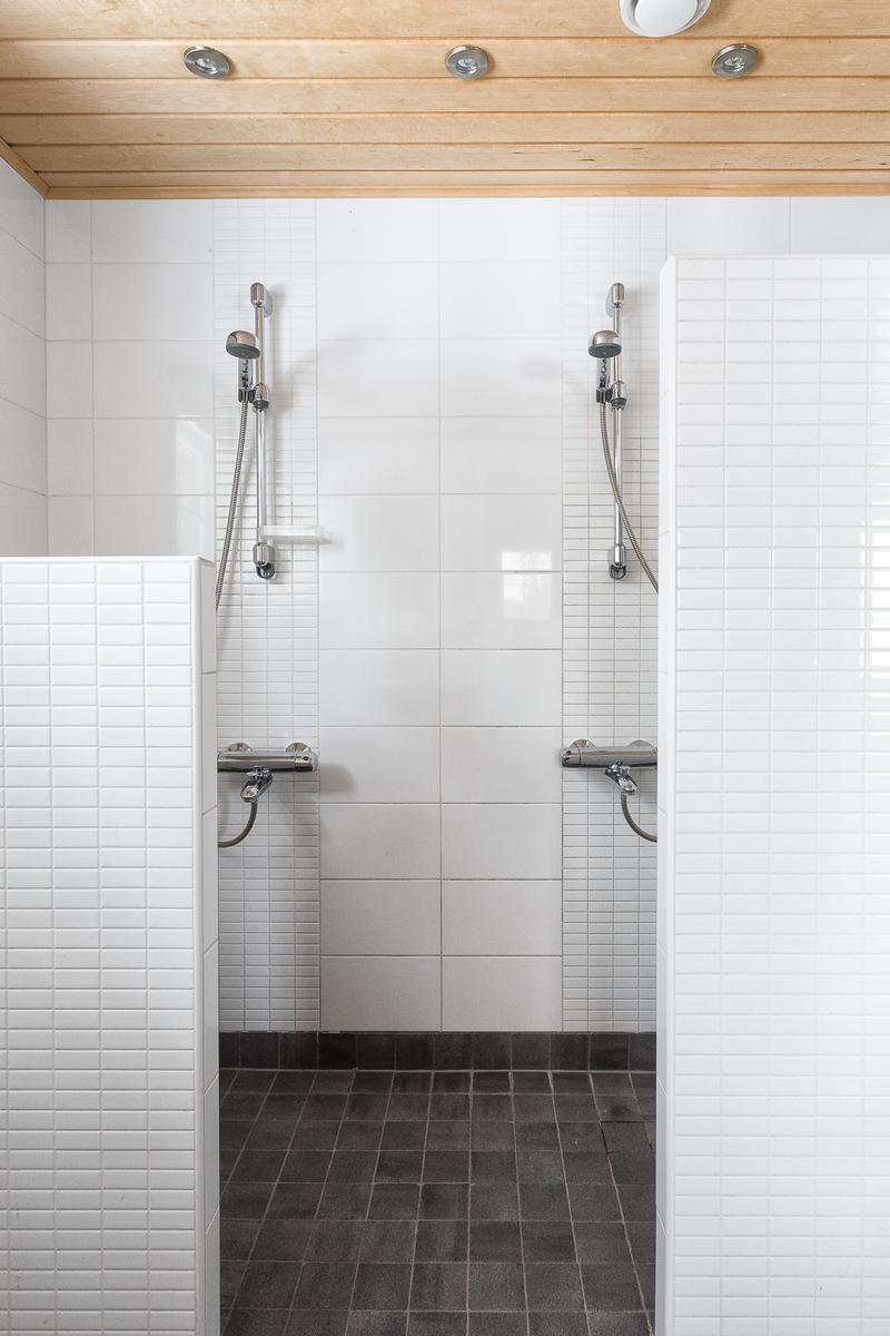 Pesuhuoneen kaksi suihkua title=