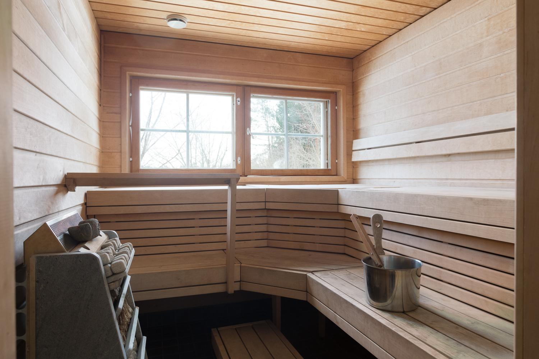 Tilava ikkunallinen sauna vuolukivikiukaineen title=