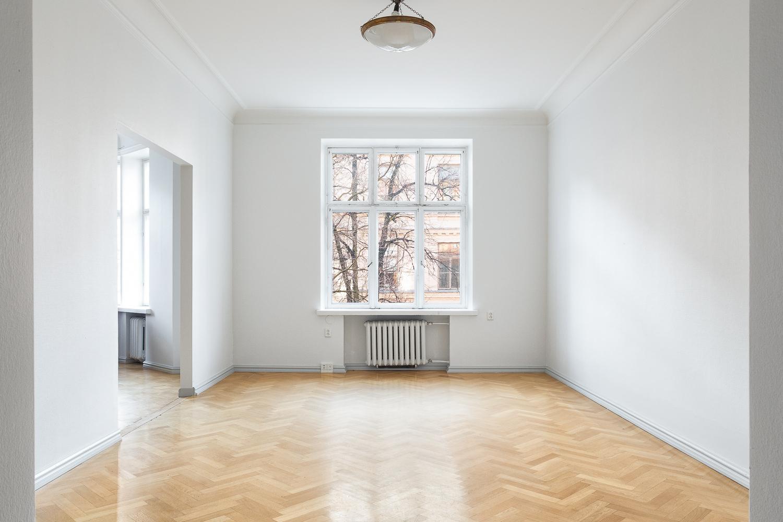 Eteisestä avautuvan makuuhuoneen ikkuna on Bulevardille päin. title=