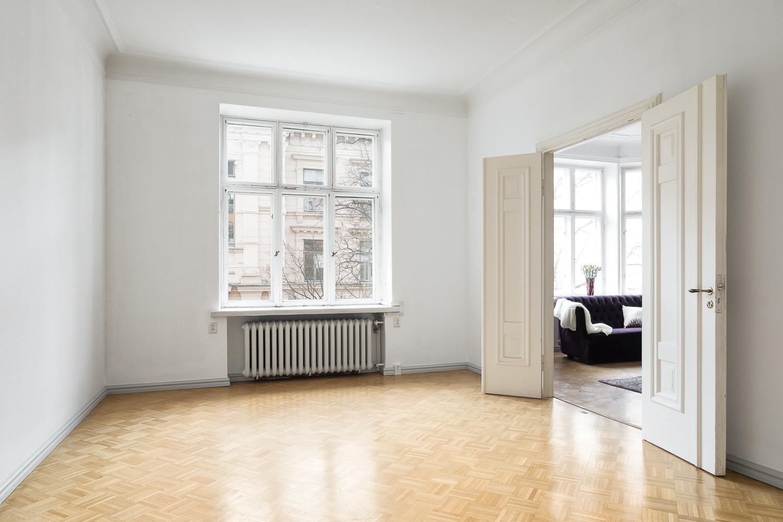 Asunnon kolmas makuuhuone sijaitsee Bulevardin puolella erkkerillisen olohuoneen vieressä. title=