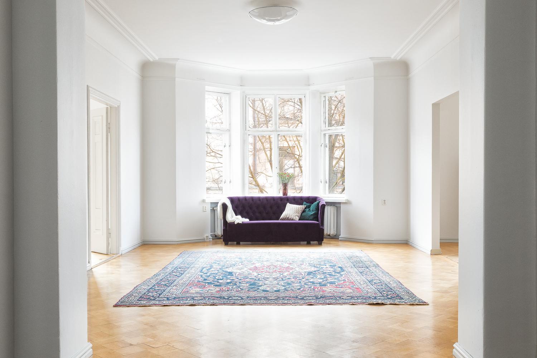 Upeat pariovet johtavat valoisaan, erkkerilliseen olohuoneeseen, josta on näkymät Bulevardille. title=