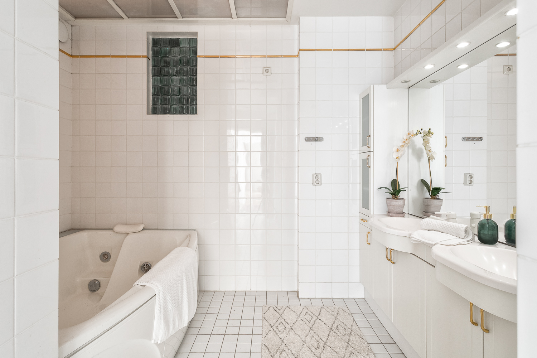 Avarassa pääkylpyhuoneessa on Svedbergin Cadazzo poreamme ja runsaasti säilytystilaa. title=