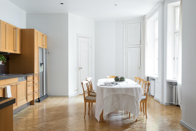 Keittiön yhteydessä on kodinhoitohuone ja asunnon toinen sisäänkäynti. title=