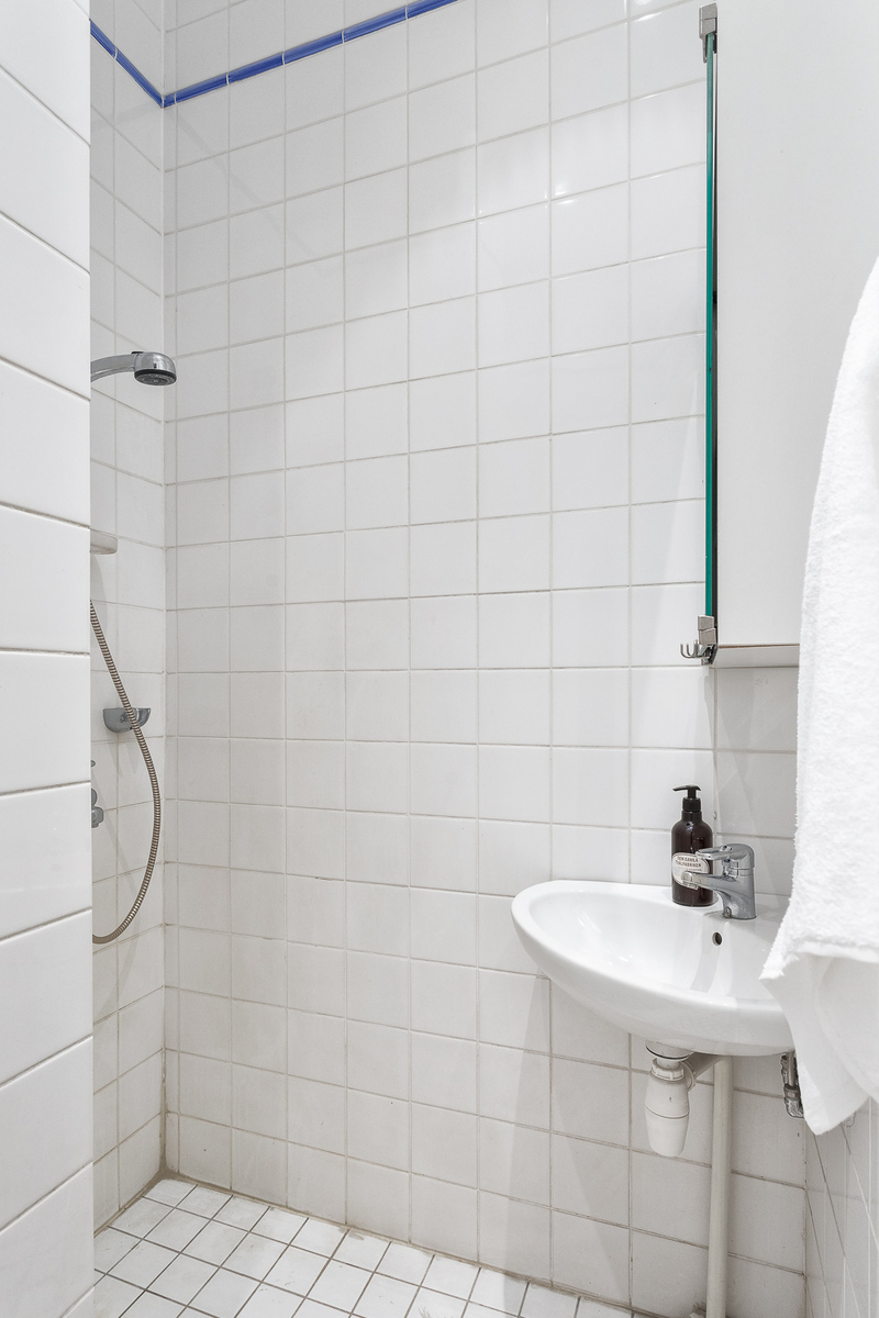 Pienemmässä kylpyhuoneessa on suihku ja wc. title=