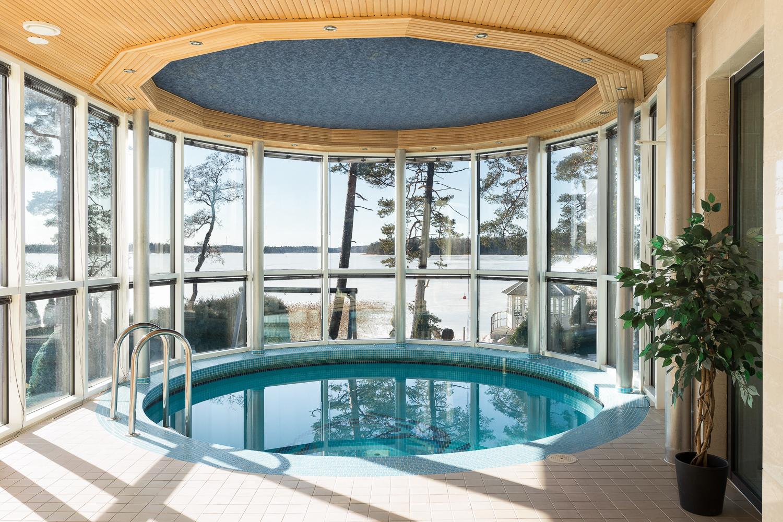 Ylellinen uima-allas. title=