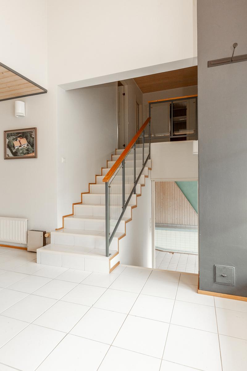Eteisaula, josta portaat johtavat alas allasosatolle ja 2. kerroksen makuuhuoneisiin title=