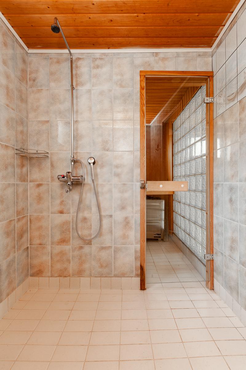 Saunaosaston kylpyhuone title=
