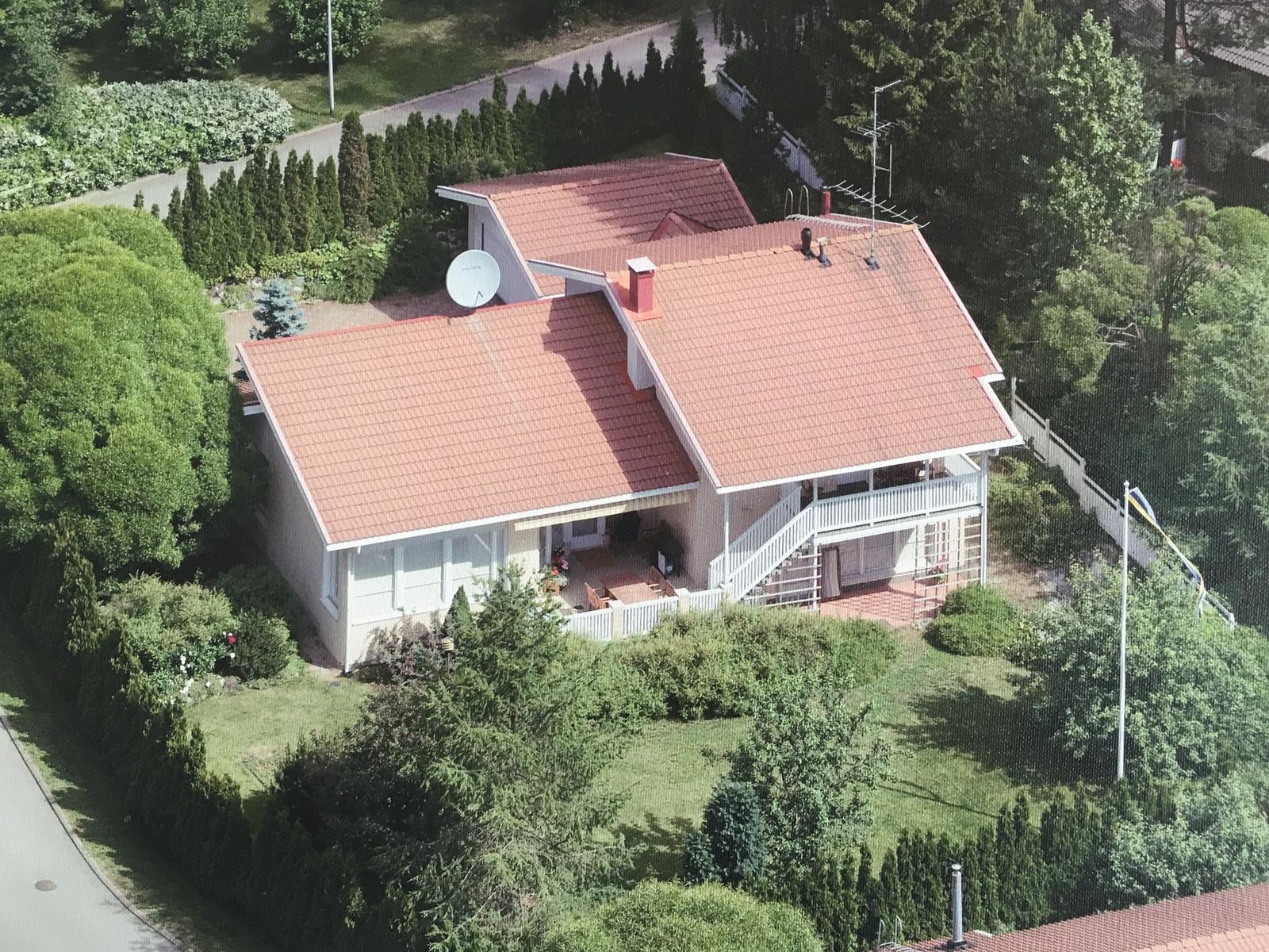 Taloa ympäröi suojaisa puutarhatontti