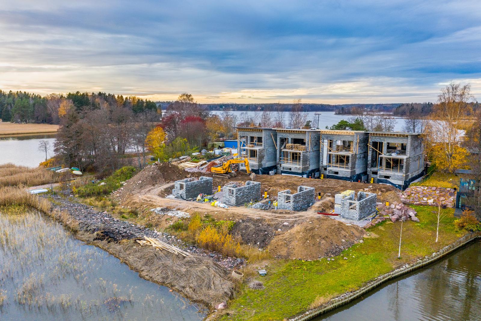 Rakennustyöt edistyvät suunnitellusti ja talot ovat nousseet jo korkeuteensa title=