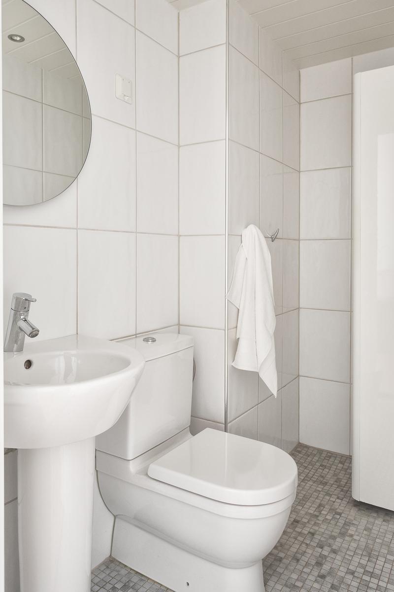 Yläkerran wc, jossa suihkuvaraus. title=