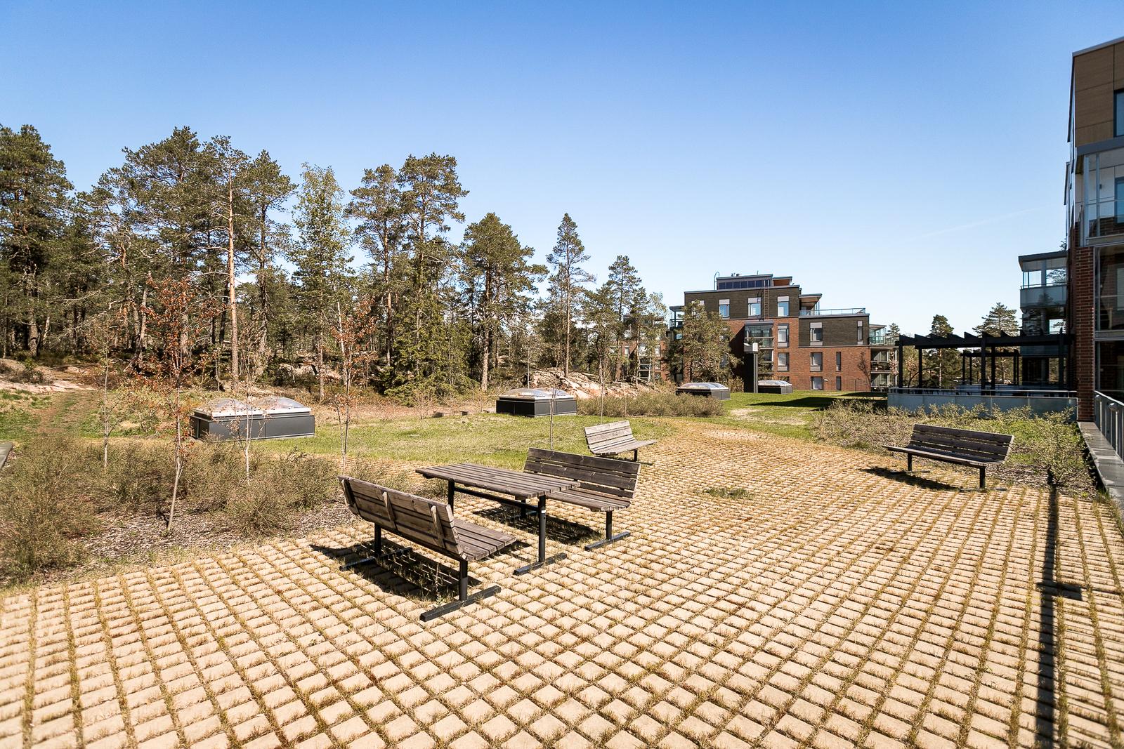 Autohallin katolla on asukkaille virkistys- ja ulkoilutilaa puistoalueen vieressä. title=