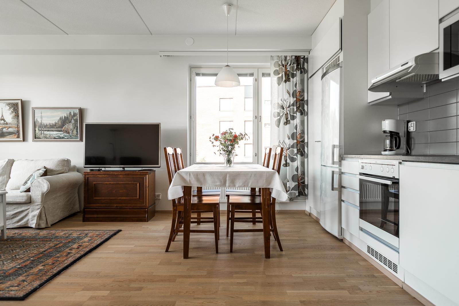 Keittotilan yhteydessä on tilaa ruokapöydälle. title=