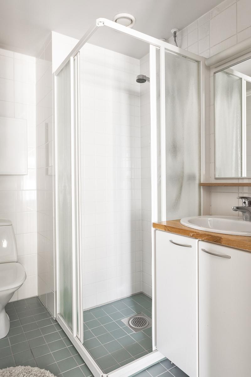 Master bedroomin yhteydessä oleva kylpyhuone title=