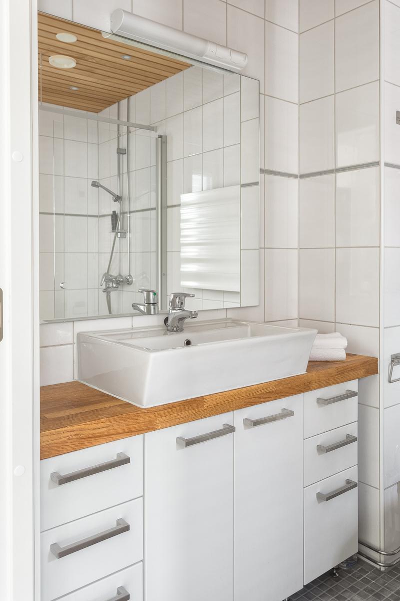 Kylpyhuone on valoisa ja ajattoman tyylikäs. title=