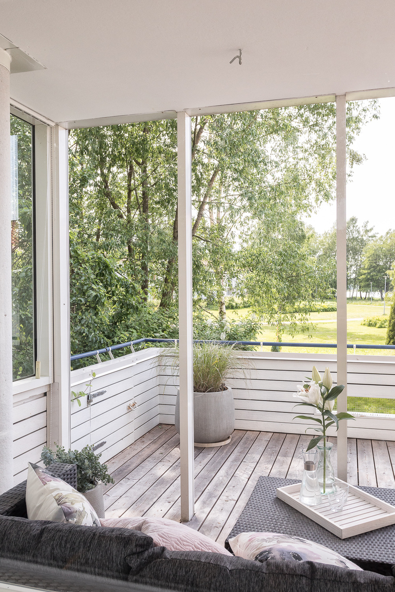 Makuuhuoneesta avautuu kauniit maisemat terassille ja puistoon merelle asti. title=