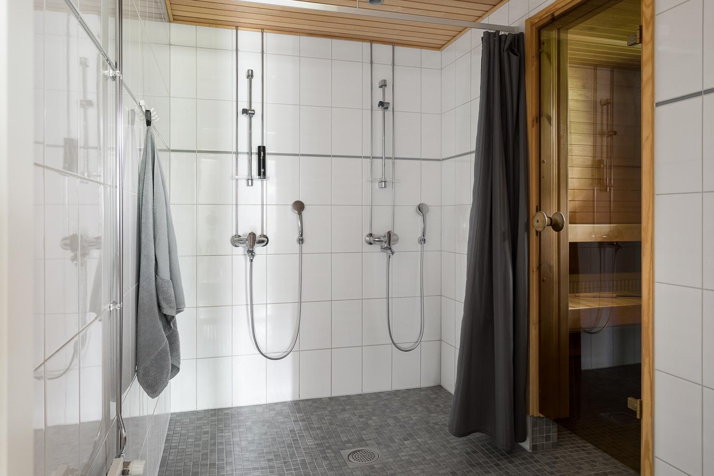 Pesutilassa on kaksi suihkua ja väljyyttä. title=